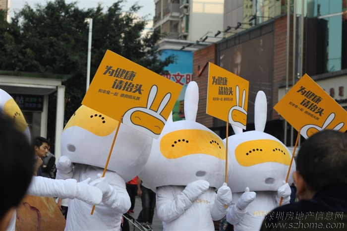 > 兔子很萌,深圳街上出现几只举牌萌兔子,拯救低头族.