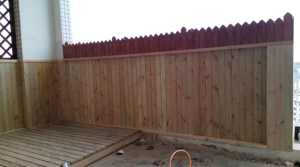 庭院的四周采用防腐木墙排的