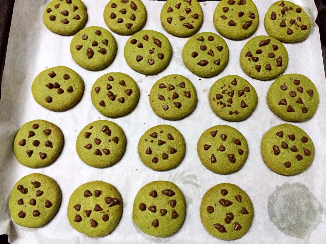 硬曲奇面团华丽变身巧克力豆小圆饼干