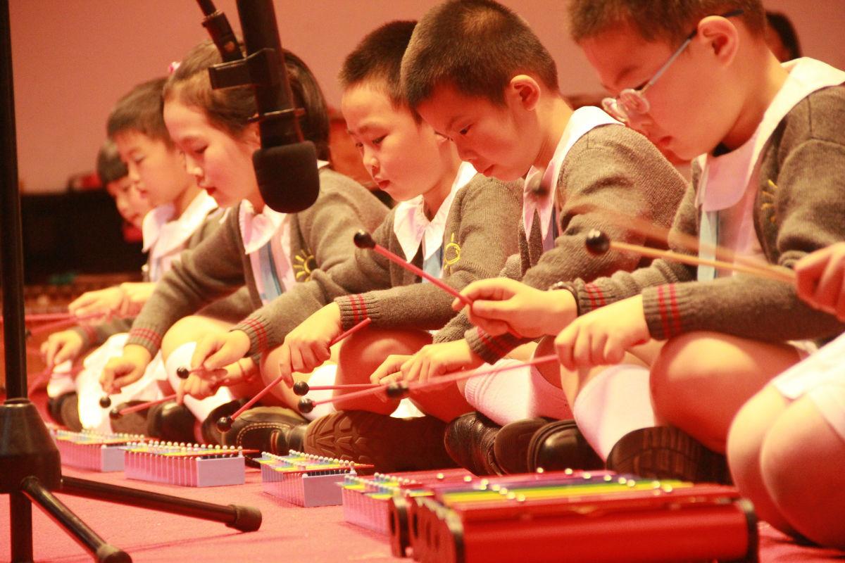 奥尔夫专门为儿童创作的乐曲及童话剧《小虱子和小